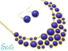 Collar dorado círculos azules.