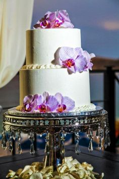 Two level White base fondat cake; Purple orchads on jem decor pilar.  #perfection