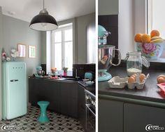 L'électroménager de couleur bleu ciel réveille cette cuisine en noir et gris, réfrigérateur Smeg et robot Kitchenaid