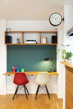 LDKの一角にあるスタディコーナー。正面の黒板塗装はご主人様のDIYによるもの。 Furniture, Room, House, Interior, Corner Desk, Table, Space, Home Decor, Desk