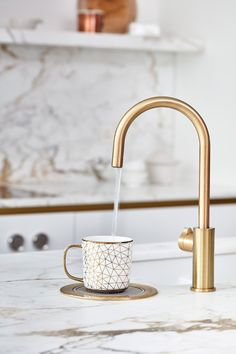 I love brass kitchen taps, don't you? Hot water tap in a BLAKES LONDON design. The ultimate guide for brass kitchen taps, perfect for a kitchen renovation. Comparison and inspirational photos. Blakes London, Brass Kitchen, Popular Kitchen Designs, Kitchen Design Trends, Best Kitchen Designs, Brass Kitchen Handles, London Kitchen Design, Brass Kitchen Tap, Brass Tap