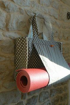 Sac yoga Valérie (21) Diy Bags Purses, Diy Purse, Yoga Bag Pattern, Diy Sac, Sacs Diy, Sewing Online, Coin Couture, Yoga Mat Bag, Craft Bags