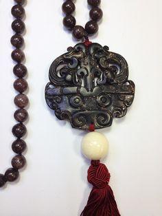 Collar largo de piedras semipreciosas de ágatas marrones con AMULETO FENG SHUI de jade en Negro, adornado con borla de color granate.