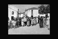 Las mujeres de El Pedroso sacan en procesión a la Virgen del Espino tras la llegada de la columna Carranza, agosto de 1936