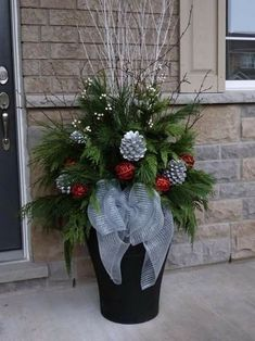 Christmas Decorations - Outdoor indoor christmas decor that are simply awesome 61 Christmas Urns, Indoor Christmas Decorations, Christmas Arrangements, Christmas Centerpieces, Rustic Christmas, Christmas Projects, Winter Christmas, Christmas Wreaths, Halloween Decorations