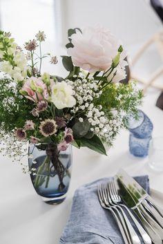 lisbet e.   summer flowers Floral Centerpieces, Floral Arrangements, Flower Power, Bouquet, Lets Celebrate, Summer Flowers, Rose, Table Settings, Table Decorations