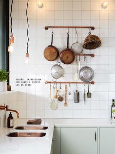 Faça você mesmo: canos de cobre viram um ótimo apoio para panelas na cozinha, sabia?