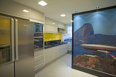 Cozinha moderna, com pastilha em cor vibrante e painel fotográfico. Projeto Escritório Lecas Pepeu Arquitetura Pessoal