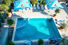 На разположение на гостите са 25 стаи двойни и тройни, безплатни шезлонги около басейна, интернет, асансьор, открит басейн с детска част, фитнес.
