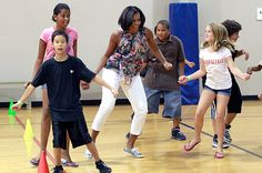 Michelle Obama Fashion And Style Tips: How To Dress Like First Lady First Black President, Mr President, Obama Dancing, Barak And Michelle Obama, Presidente Obama, Michelle Obama Fashion, Barack Obama Family, American First Ladies, Barrack Obama