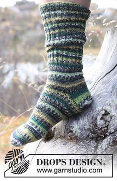 """Miehen joustinneuleiset DROPS sukat yksinkertaisesta """"Fabel""""-langasta. ~ DROPS Design"""