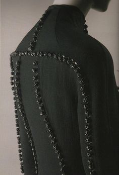@TyrannyOfStyle Exceptional leather knotted embellishments, Ralph Rucci. https://t.co/TT0g9N0VWx