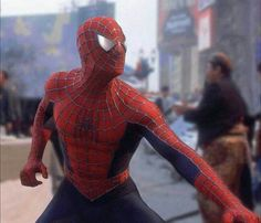 Anyone knows why suit on the image is a bit different than the movie one? First Spiderman, Spiderman 2002, Amazing Spiderman, Raimi Spiderman, Marvel Heroes, Marvel Dc, Captain Marvel, Batman Begins, Spider Man Trilogy