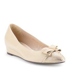 Bézs színű lapos női bőrcipő, orrán masni dísszel   ChiX.hu cipő webáruház 3 cm-es éksarokkal készült masnis díszítésű bézs női cipő bőr felsőrésszel és bőr béléssel. Márka: Klimpol Szín: Bézs Modellszám: 205 209 BEI