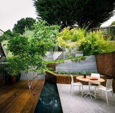 jardin en pente, terrasse extérieure en bois composite et mobilier design