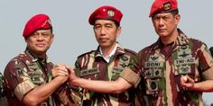 Presiden Joko Widodo berjabat tangan dengan KSAD Jenderal TNI Gatot Nurmantyo (kiri) dan Danjen Kopassus Mayjen TNI Doni Monardo (kanan) beberapa waktu lalu
