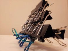 This is a new usage for your binder clips. A binder clip iPad stand is simple to build and very stable. Binder Clips, Ipad Kitchen Stand, Support Ipad, Diy Ipad Stand, Diy Karton, Cd Diy, Diy Knife, Iphone Stand, Old Lamps