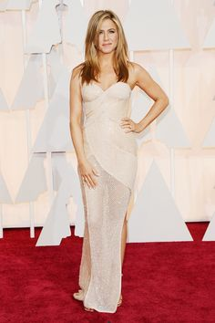 Jennifer Aniston Beaded Dress - Jennifer Aniston looked coquettish at the Oscars in a curve-hugging, beaded Atelier Versace gown rendered in a sheer nude fabric. Jennifer Aniston Oscar, Jennifer Aniston Photos, Jenifer Aniston, Jennifer Lawrence, Atelier Versace, Versace 2015, Oscar Fashion, Home Fashion, Vogue
