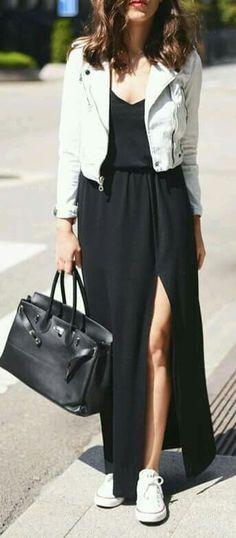 Vestido negro y tenis.