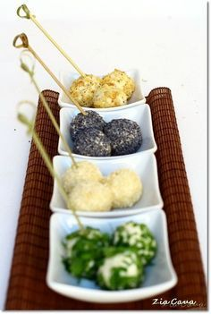 Cheese balls rolled in nuts, poppy seeds, sesame seeds, and parsley Appetizer Buffet, Appetizer Recipes, Antipasto, Gourmet Recipes, Cooking Recipes, Healthy Finger Foods, Christmas Dishes, Xmas Food, Tapas