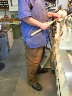 Easy Woodturning Lathe Plans Ideas - Critical Elements Of DIY Wood Turning - Constant Improve Woodworking Lathe, Learn Woodworking, Woodworking Machinery, Woodworking Projects, Woodworking Workshop, Wood Turning Lathe, Wood Turning Projects, Wood Lathe, Router Wood