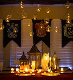 Decorate your table a la Hogwarts to continue the Harry Potter theme. Baby Harry Potter, Velas Harry Potter, Deco Noel Harry Potter, Harry Potter Motto Party, Harry Potter Thema, Harry Potter Fiesta, Harry Potter Halloween Party, Theme Harry Potter, Harry Potter Baby Shower
