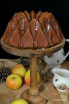 Bundt cake de manzana con salsa de canela - Apple bundt cake with cinnamon sauce
