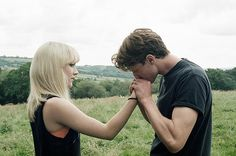 Daisy (Saoirse Ronan) and Edmund (George MacKay) in HOW I LIVE NOW