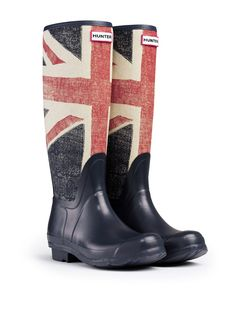 Hunter Original Brit Wellington Boots - Dark Navy A classic way to show how patriotic you are, Hunter has sourced a vintage Union Jack flag, complete with scars, and used it as a base for an Original Boot. Built on the Original last, these boots are mad Hunter Wellington Boots, Moda Peru, Bota Country, Country Attire, Shoe Boots, Shoe Bag, Barn Boots, Women's Shoes, Dress Shoes