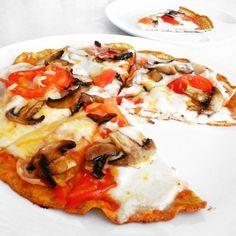 Dali byste si pizzu? Já taky! Připravte si se mnou rychlou fitness pizzu, která nezahltí vaše tělo zbytečnými sacharidy, a navíc mu dodá nálož bílkovin. K přípravě těsta nepotřebujete mouku, stačí vejce, protein a lžíce vlákniny. Na fitness pizze si nejen pochutnáte, ale také zůstanete fit.