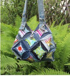 Fetzige Tasche aus recycelten Jeans  **Materialien:** recycelte Jeanshosen, Baumwollstoff (Mischgewebe)  **Herstellungsart:** genäht  **Verschluß:** Knopf,...