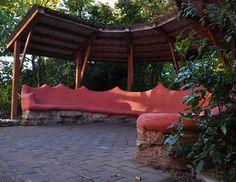 O COB é um material de construção composto de argila, areia e palha, similar ao adobe. Sua mistura é a prova de fogo e altamente resistente a abalos sísmicos.  As paredes feitas com COB são grossas …
