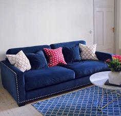 Blå sammetssoffa Valen. Nitar, sammet, sammetsmöbler, sammetstyg, soffa, vardagsrum, marmor, sekelskift, inredning. http://sweef.se/sweef-lyx/220-valen-sammet-flera-storlekar.html