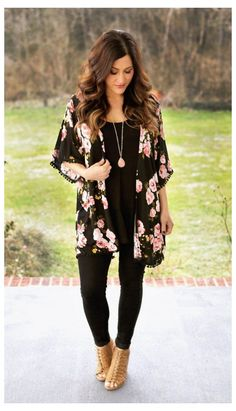 Floral Cardigan Outfit, Black Kimono Outfit, Look Kimono, Summer Cardigan Outfit, Black Leggings Outfit Summer, Printed Leggings Outfit, Tribal Leggings, Kimono Top, Legging Outfits