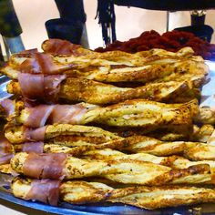 Pesto parmesan puffy pastry sticks with prosciutto Prosciutto, Parmesan, Pesto, Sticks, Bacon, Sweets, Breakfast, Recipes, Food