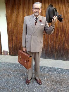 En lite tunnare bankdirektörskostym från före 1947 passar bra att ta fram nu när värmen återkommit.