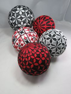 Posts about Geometry Balls written by starhandarts Crafts To Make, Easy Crafts, Arts And Crafts, Japanese Ornaments, Temari Patterns, Polymer Clay Ornaments, Thread Art, Hand Art, Diy Christmas Ornaments