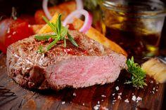 Filetto di manzo alla Cipolla Rossa di Tropea Calabria IGP. Scopri in FoodInItaly tutte le ricette regionali della tradizione italiana.