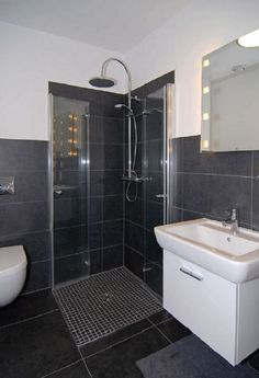 Badezimmer Ideen - Schwarze Fliesen im Haus Koeln - Haus bauen mit Streif Haus - Haus Ideen Modernes Bad auf HausbauDirekt