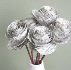 Newspaper flowers & 7 other Newspaper paper crafts! Newspaper Flowers, Newspaper Crafts, Book Crafts, Arts And Crafts, Diy Crafts, Newspaper Paper, Handmade Flowers, Diy Flowers, Fabric Flowers