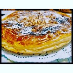 Ingredientes: 2 planchas de hojaldre yo use de las redonda Ldl 3 huevos grandes 500 de leche 60 de maizena 175 de azúcar si te gusta mas dulce puedes poner 200 una cucharada de mantequilla otro huevo para pintar el hojaldre azúcar glas para espolvorear...