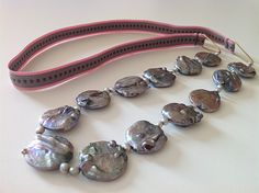 Bellas bedrifter: Nyt bånd på de store grå, flade perler...