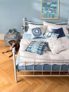 Micasa Schlafzimmer mit Seersucker-Bettwäschegarnitur JERAMIAS Seersucker, Toddler Bed, Couch, Interior, Furniture, Home Decor, Bedroom, Child Bed, Settee