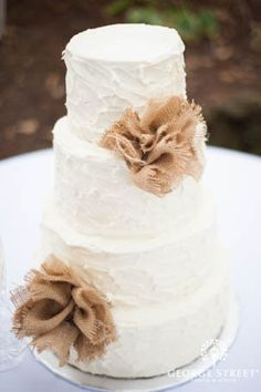 Forget about burlap table runners, we're loving these cake flowers! #weddings #cake #burlap #vintage