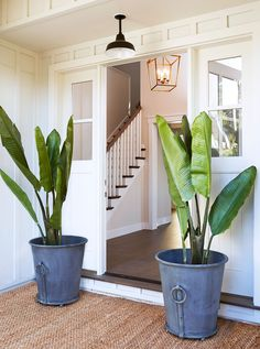 8 Pretty Ideas for Front Porch Plants 8 Pretty Ideas for Front Porch PlantsIn last week's Spring Curb Appeal series, we shared how an can elevate the design of your home. Cottage Shabby Chic, Beach Cottage Style, Beach House Decor, Style At Home, Coastal Living, Coastal Decor, Home Interior, Interior And Exterior, Home Design