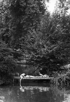 Sur la Marne à Champigny / Willy Ronis 1957 Willy Ronis, Artistic Photography, Art Photography, Grand Prix, Nogent Sur Marne, Photo Report, French Photographers, Museum Of Modern Art, Black And White Photography