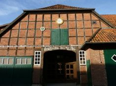Der Bioland-zertifizierte Hof in Fuhrberg befindet sich rund 30 Kilometer nördlich von Hannover. Urkundlich erwähnt seit 1585, wird er mittlerweile in der 12. Familiengeneration geführt. 1999 übernahmen Christa und Andreas Schröder den Betrieb von ihren Eltern und stellten ihn 2006 komplett auf ökologischen Landbau um. Neben den Hauptschwerpunkten Bio-Kartoffeln und Bio-Spargel hat sich der Betrieb auf die Vermehrung ökologischer Gräser- und Getreidesorten spezialisiert.