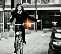 Classiche manopole da citybike ma con indicatori di svolta integrati! Basta premere un piccolo pulsante con il pollice per attivare il lampeggiamento dell'estremità. Ideali per svoltare in tutta sicurezza senza togliere le mani dal manubrio per segnalare la svolta. Funzionano con due batterie AAA