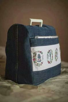 Funda maquina de coser - looks like a sewing machine cover, with cross stitched motifs on the pocket! Sewing Hacks, Sewing Tutorials, Sewing Crafts, Sewing Projects, Sewing Patterns, Tutorial Sewing, Denim Crafts, Creation Couture, Recycled Denim