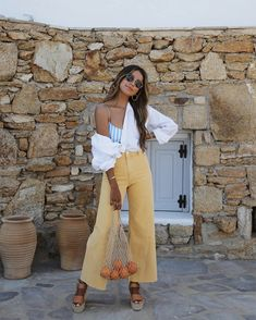 A Cool Way To Style Your Crisp White Shirt Source by trendymood outfits street Look Fashion, Fashion Outfits, Womens Fashion, Fashion Trends, Summer Outfits, Cute Outfits, Look Boho, Crisp White Shirt, White Jeans